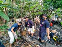 GNRM Unma bersihkan sampah SungaiCibasale, Majalengka